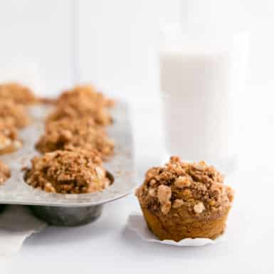 Check out these DELICIOUS Healthy Pumpkin Banana Muffins with Macadamia Nut Crunch! They're perfect for fall!